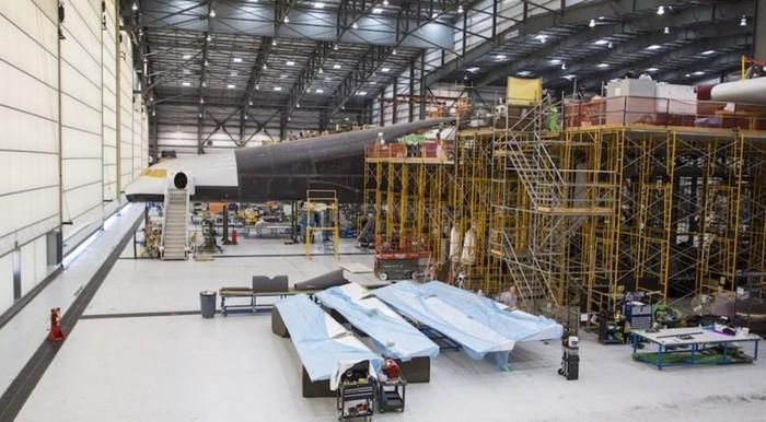 В США вывели из ангара самый большой самолет в мире
