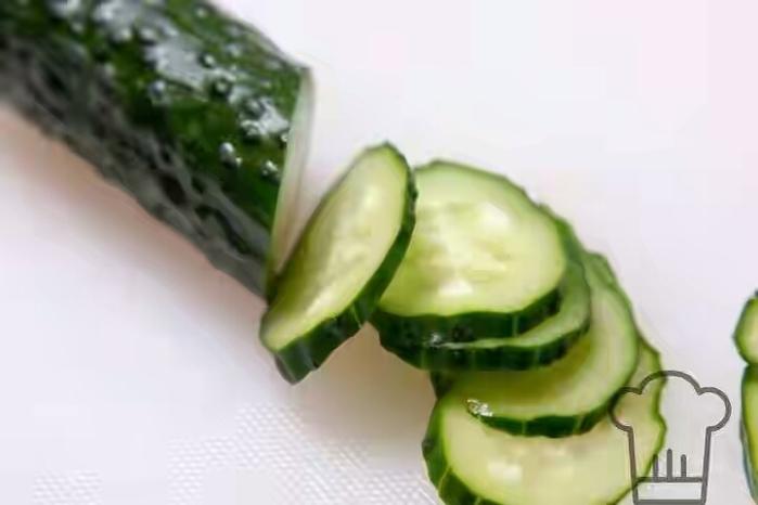 salat-iz-ogurcov-i-klubniki-3 (700x466, 131Kb)