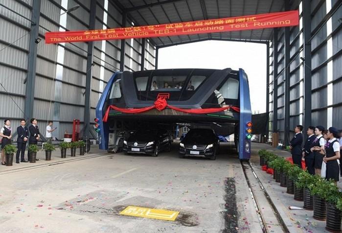 Китай построил супер-автобус, движущийся над пробками