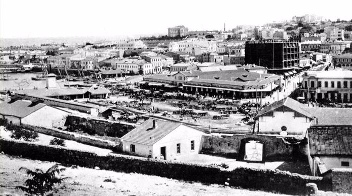 Базарная площадь в районе Артбухты (сейчас пл. 300-летия Российского флота) - (фото довоенное) (700x390, 197Kb)