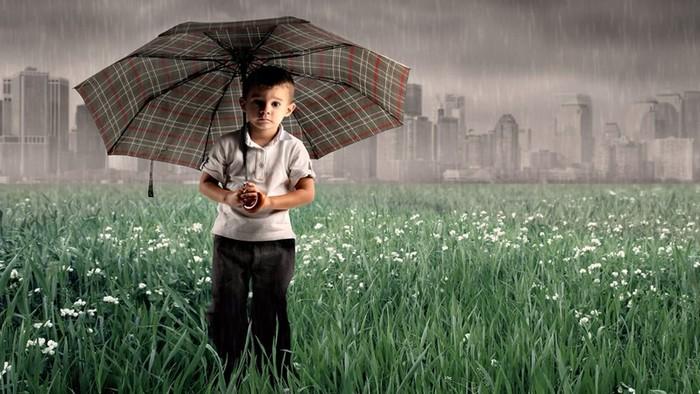 Ребенок боится грозу: как справиться с этим страхом