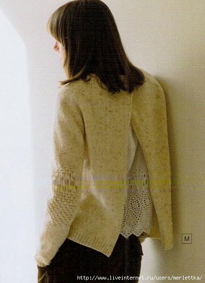 Модный пуловер спицами с разрезом на спине