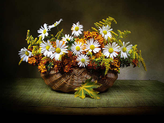 Camomiles_Tagetes_Wicker_basket_Table_549049_1152x864 (700x525, 244Kb)