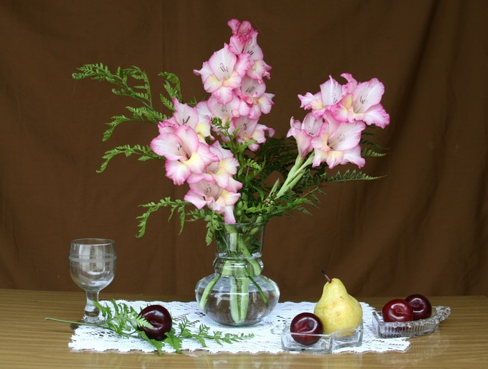 Nature___Flowers_Still-life_with_a_bouquet_of_gladioli_083689_ (700x529, 104Kb)