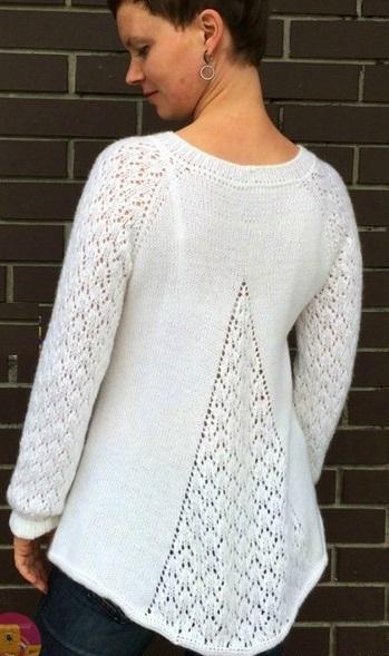 Вязаные пуловер спицами с клинообразным расширением сзади