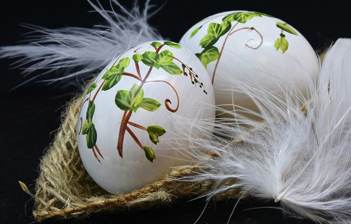 Holidays_Easter_Feathers_Eggs_Black_background_555565_1280x815 (700x445, 118Kb)