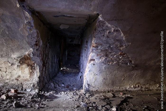 9.В темных темницах были лабиринты, из которых было невозможно выбраться.