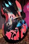 Басы ручной росписи в Фонде Грэмми, музей 'Грэмми',Лос-Анджелес, Калифорния, 4 февраля 2010 года.