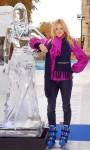 Fearne Cotton рядом со своей ледяной скульптурой.