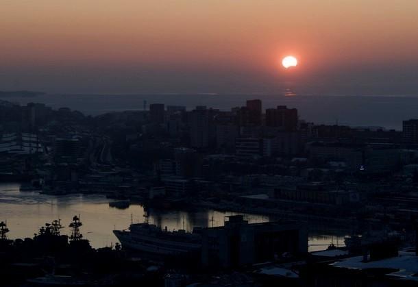 Кольцевое затмение видно на закате во Владивотоке, Россия.