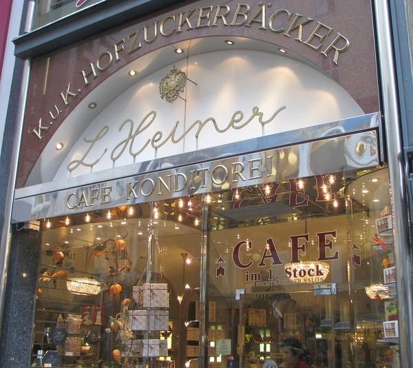 Адрес кофейни(вдруг кто-то решит заглянуть туда приехав в Вену):  K?rntnerstrasse 21-23. С понедельника по субботу открыто с 8.30-19.30 В восресенье и праздничные дни с 10.00-19.30