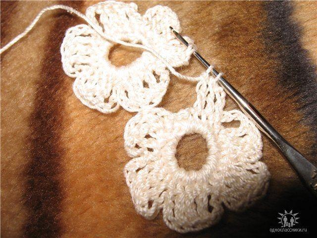 Потом просто заканчиваем шестой лепесток по схеме и закрепляем нить.  Привязывая третий цветок, следует помнить...