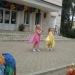 Внучка Ксюша поет . Ксюша в желтом платье.