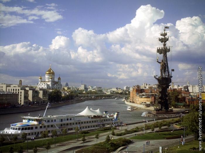 Вид из панорамного окна Третьяковской галереи на крымской набережной.