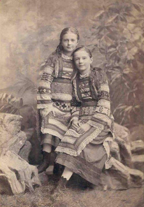 1890 год. Девочки в традиционных украинских костюмах.
