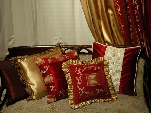 Декоративные подушки - это всегда яркий акцент интерьера.