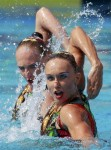 Наталья Ищенко и Светлана Ромашина из России. Выступление пар на чемпионате Европы по синхронному плаванию в Будапеште, 5 августа 2010 года.