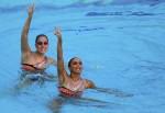 Мелис Омер и Туге Танис (Melis Omer and Tugce Tanis) из Турции. Выступление пар на чемпионате Европы по синхронному плаванию в Будапеште, 5 августа 2010 года.