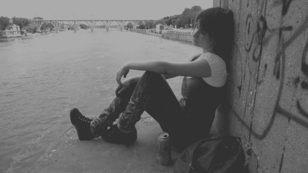 девка присела под мостом фото