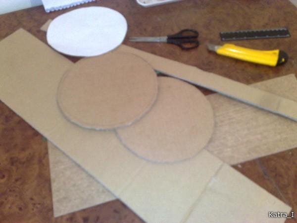 Сначала - раскрой. Обязательно учесть, что размер круга для крышки должен быть больше на 1-1,2 см. Высота бортиков произвольная