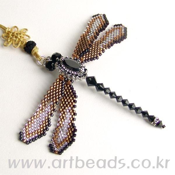Стрекоза из бисера и бусин.  Хороший брелок своими руками.  Понятная схема плетения изделия.