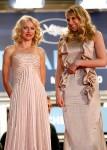 Актрисы Наоми Уоттс (слева) и Люси Панч перед премьерой фильма Вуди Аллена 'Ты встретишь высокого незнакомого брюнета'.