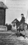 В экспедиции. Малошуйка, Архангельская область. 1958 год. Бродский бросил школу в 1955 году, лишь поступив в седьмой класс, в неполные 16 лет, и несколько лет трудился то учеником фрезеровщика на заводе, то помощником прозектора в морге при местной больни