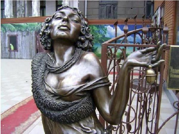 Памятник Эллочке Людоедке из Харькова героине «Двенадцати стульев»