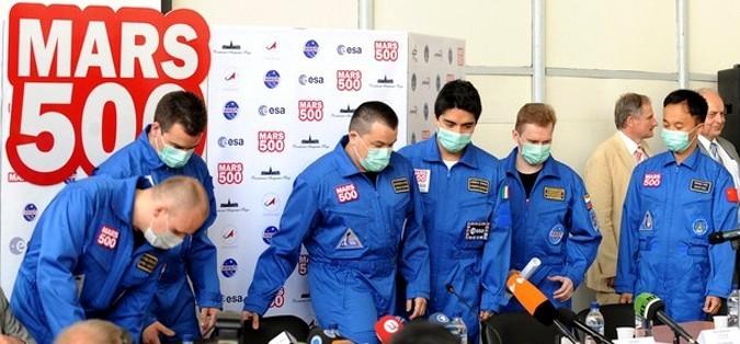 Члены экипажа Mars500 (слева направо) Алексей Ситев из России, Ромен Чарльз из Франции, Сухроб Камолов из России, Диего Урбина из Италии, Александр Смолеевский из России и Ван Юэ из Китая во время пресс-конференции. Эксперимент по имитации миссии на Марс.