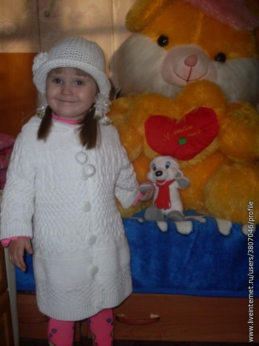 1. Белое пальтишко для малышки.