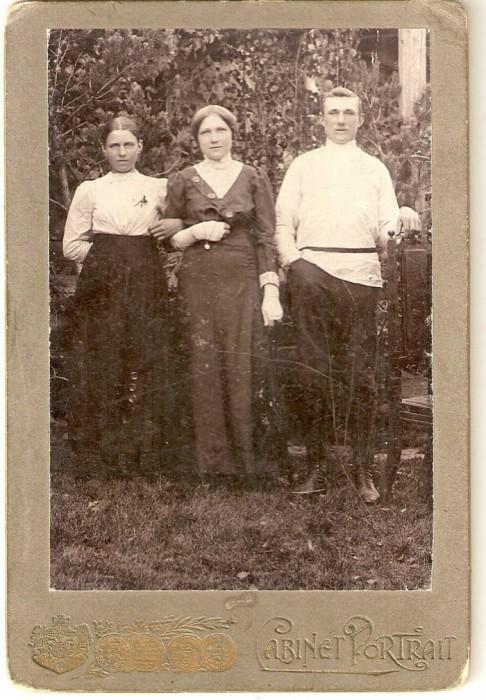 Ок. 1910.Бабушка Ирина Ив.Павлова с сестрой Александрой и братом Александром