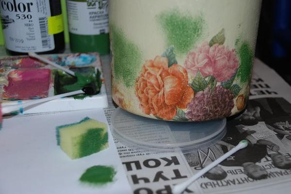 Губкой, «чпокая», наносим произвольно несколько пятен зеленой краски. На губке не должно быть слишком много краски, пробуем сначала на листе бумаги.