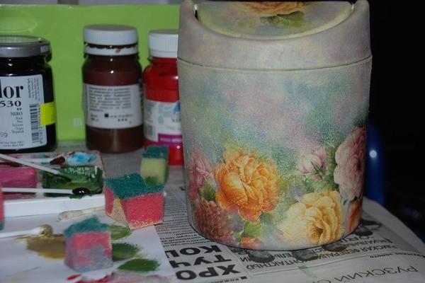 Берем цвет фона, разбавляем водой и полусухой губкой затираем, чтобы получилась целостная картина.