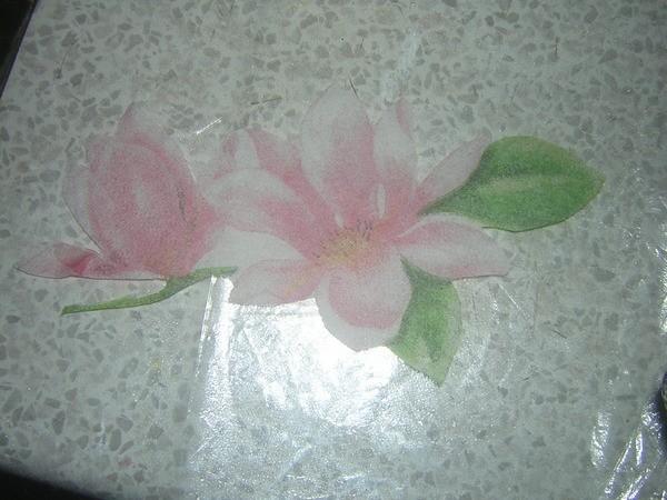 Поскольку мы будем делать прямой декупаж, кладем вырезанный цветок ЛИЦЕВОЙ СТОРОНОЙ !!!!! на файл