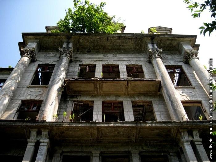 25. Над главным входом...Балконы...Кое-где остались перила