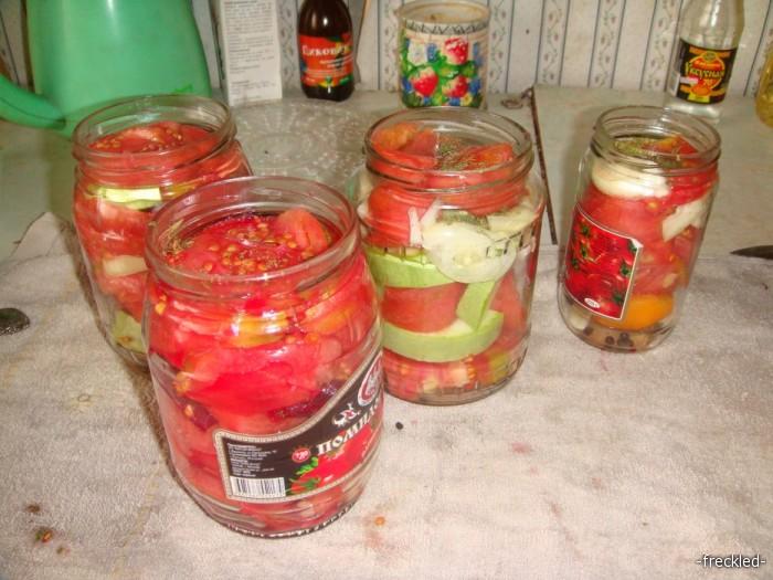разложены помидоры по баночкам