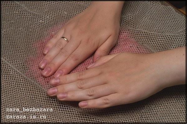 7. Намылив руки, начинаем осторожно растирать шерсть круговыми движениями. Волокна шерсти под воздействием наших умелых рук и воды с мылом начинают сцепляться между собой. Они могут сцепиться и сеткой, так что периодически следует её снимать, и, если шерс