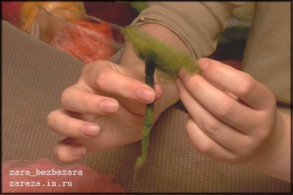 13. Сухой хвостик распушаем...... и прикладываем в центр кругов. Пальцами аккуратно приглаживаем зелёную шерсть и некоторое время валяем эту сторону цветка всё теми же круговыми движениями.