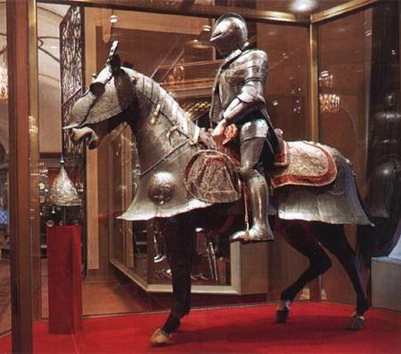 оружейная палата кремля. которая была основана Петром первым, но первые экспонаты этого собрания относятся ко времени...