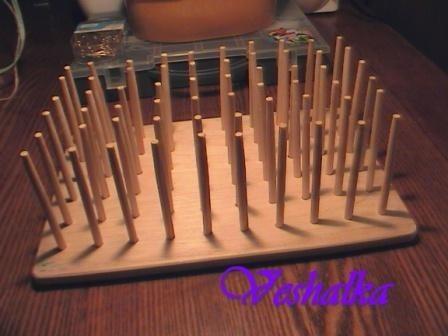Сверлим отверстия в дощечки на углах квадратов (тут мне мужа пришлось задействовать), при этом диаметр отверстия немного меньше, чем диаметр нижней части отпиленной китайской палочки (для того чтобы китайская палочка вставлялась с усилием – так она будет более устойчива). Зачищаем отверстия круглым надфилем (кстати, у меня получилось 60 отверстий), и еще раз шлифуем поверхность дощечки, чтобы избавиться от зазубрин в районе отверстий. С нижней стороны отверстий вставляем палочки (если палочки трудно проходят, можно аккуратно подбить их молоточком), я дополнительно с нижней стороны палочки закрепляла на клей, используя клеевой пистолет (клеится быстро, держит надежно).