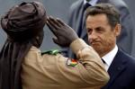 Президент Франции Николя Саркози выступает с солдатом из Мали. День взятия Бастилии в Париже, Франция, 14 юля 2010 года.