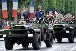 Президент Франции Николя Саркози (слева) и французской начальник штаба армии адмирал Эдуард Гуилауд (Edouard Guillaud). День взятия Бастилии в Париже, Франция, 14 юля 2010 года.