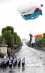 Французский парашютист прземляется на площади Согласия. День взятия Бастилии в Париже, Франция, 14 юля 2010 года.