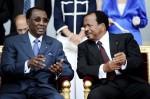Президент Чада Идрис Деби (слева) говорит со своим коллегой из Камеруна Полем Бийя. День взятия Бастилии в Париже, Франция, 14 юля 2010 года.
