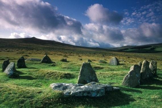 Девять камней, Дартмур. По преданию безмолвных каменных осколков тут 12, а не 9 – и это прекрасные девушки, которые когда-то решились пойти в пляс на одном из религиозных мест Британии. За что и были наказаны…