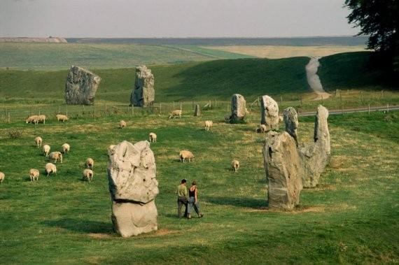 Эйвбери, Уиттшир. Местные фермеры привычно пасут овец среди ровесников Стоунхенджа, которые датируются 2500 г. до н.э.