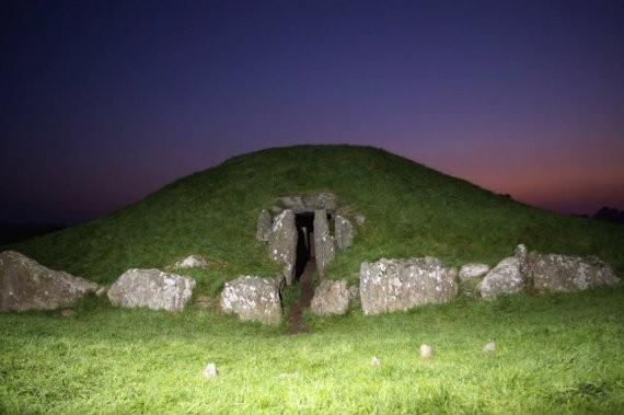 Брин Селли, Англси, Уэльс. Уэльс богат на старинные россыпи камней, однако известнейшее языческое сооружение - это, конечно же, Брин Сели («Курган темной комнаты»). На острове Англси он появился в период неолита (4000 лет тому назад).