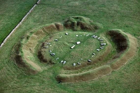 Арбор-Лоу, Мидлтон-на-Йолгрив, Дербишир. 50 камней безмолвно стоят на плато Арбор-Лоу, что в нескольких минутах езды от Бейквелла.