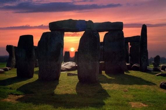Стоунхендж, Уилтшир. Знаменитые изваяния уже много веков будоражат умы ученых. Их предназначение до сих пор неизвестно: то ли это посадочное место для инопланетных кораблей, то ли древний календарь, или, быть может, старинный оккультный храм. Вес отдельны
