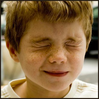 От чего ребёнок жмурит глаза